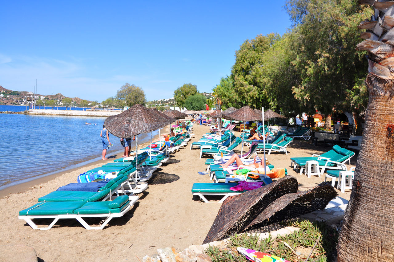 Yalikavak Beach - plenty of sun loungers with parasols to relax in the sun
