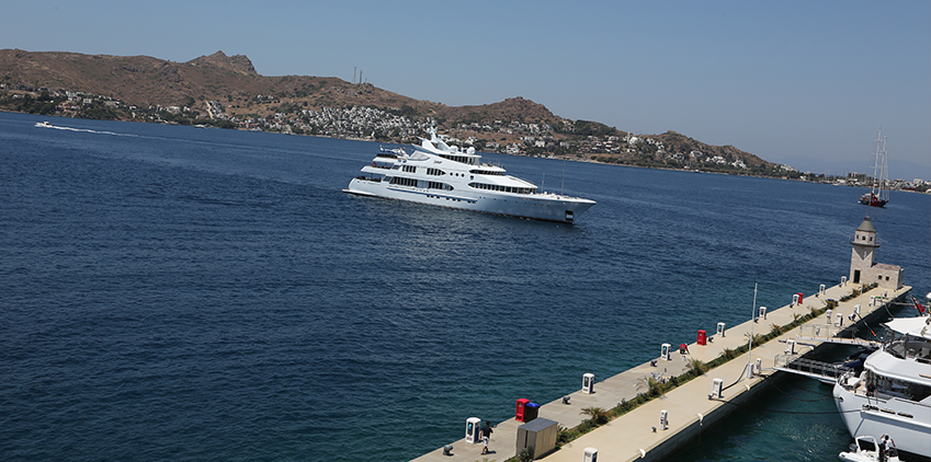 One of the many yachts heading into Palmarina