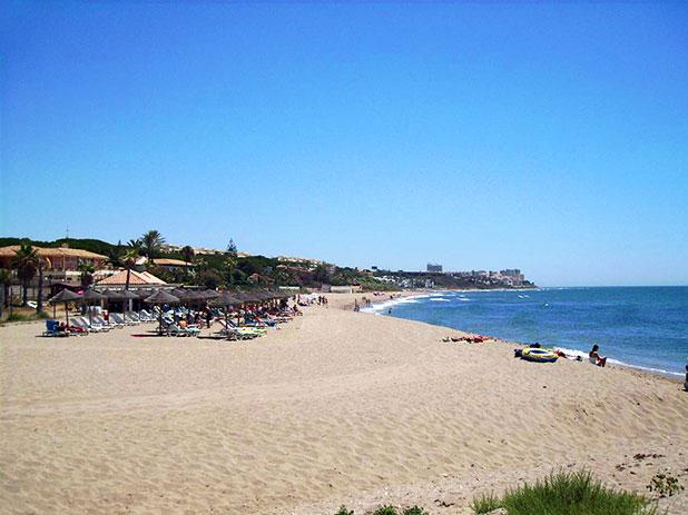 Playa la Luna, Calahonda with beach bar La Luna Beach Chiringuito serving fresh food all day!