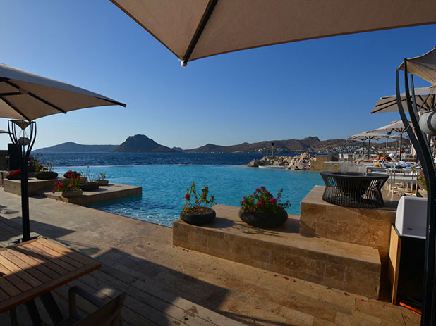 Lotus Beach Club in Palmarina with its infinity pool