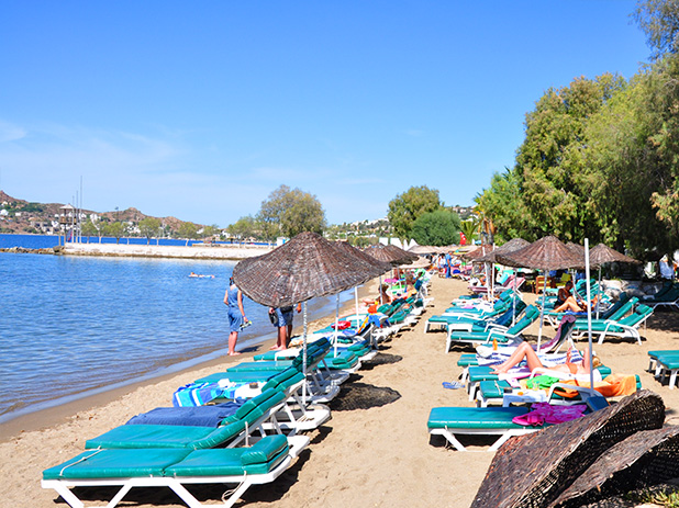 Yalikavak Beach with plenty of sun loungers and parasols to relax upon