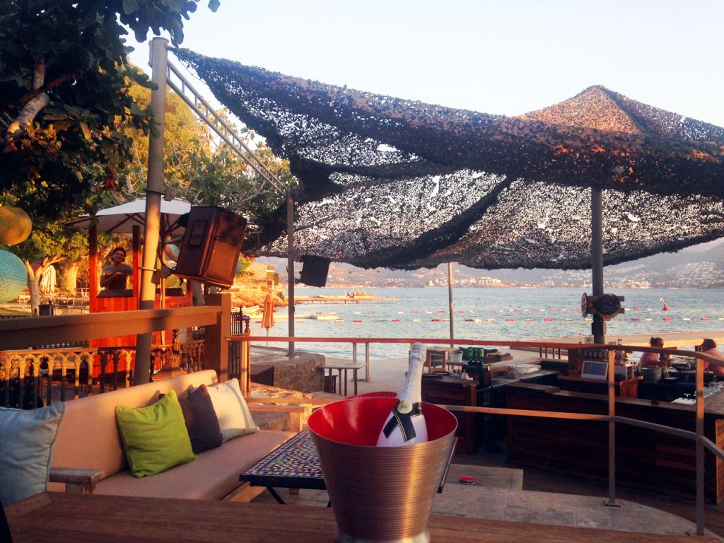 Xuma Beach Club, enjoy a relaxing drink in comfortable surrounds and superb sea views